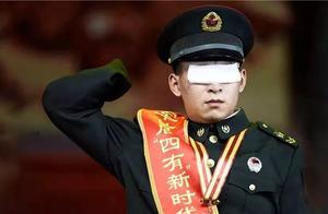 最震撼军礼:他没了眼睛和双手,举起右臂那一刻,全场泪奔