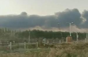 天津某工厂突发大火,浓烟四起,现场十分吓人