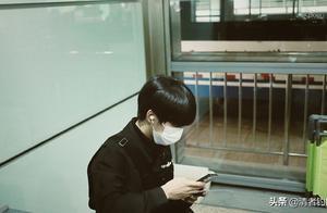 未成年偶像的悲哀!贺峻霖被滞留机场,曾一人带四行李箱坐高铁