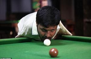 巴基斯坦无臂男子练就下巴打台球绝技,希望代表国家参加国际比赛