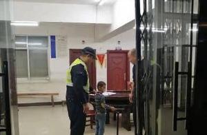 4岁男童独自拉滑板车车流中穿梭 交警一把抱起联系家人领回