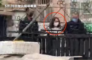 青岛女律师疑被女儿勒死案最新进展:女孩二度指认现场,走路慢被警方牵着