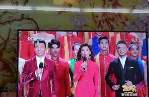 陈伟霆唱歌伴舞实力抢镜,这两个男亲密的动作太过分了,辣眼睛!
