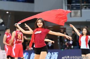 惊艳!致敬对手八一男篮,天津篮球宝贝赛场演绎部队舞蹈《芳华》