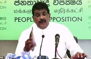 斯里兰卡官员发布会上为宣传海鲜不会传播新冠,掏出生鱼便啃起来