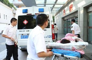 伤者从担架上意外摔落,急救专家:救援过程极不专业