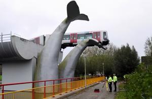 """有""""鲸""""无险!荷兰一辆地铁冲出轨道恰好被鲸鱼雕像""""接住"""""""