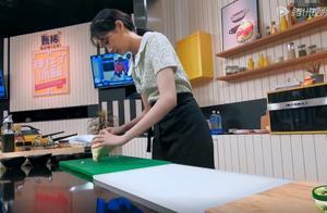 关晓彤在厨房手忙脚乱,切菜姿势却老练,细节被疑抢镜未成功?