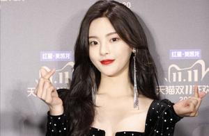 当红女明星杨超越星钻复古裙,太精致了。