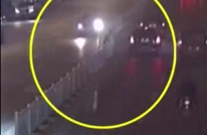 吃瓜需谨慎!男子横跨护栏围观车祸,被倒挂摔破脸,新手机摔坏