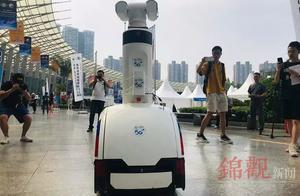 """成都世警会现场 首个5G""""机器人巡警""""正式上岗"""
