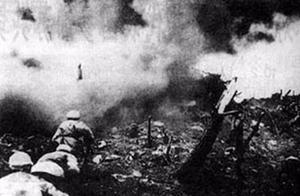 关键时刻电线被炸断,志愿军战士嘴咬手拉,电流通过全身后接通
