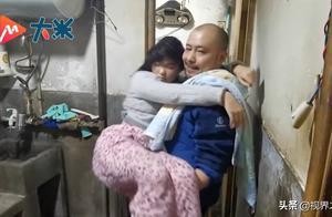 """单亲爸爸摆摊照顾""""睡美人""""女儿12年,不离不弃"""