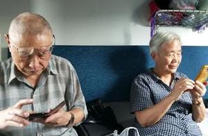 """六旬大妈爱上""""假靳东""""背后,是整个互联网对老年用户的忽视"""