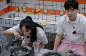 杨幂和邓伦同吃一碗面,两人互动场面很和谐,还向NPC撒娇