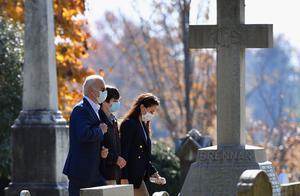 美媒预测拜登胜选后,拜登前往墓地,看望父母、前妻、儿子、女儿