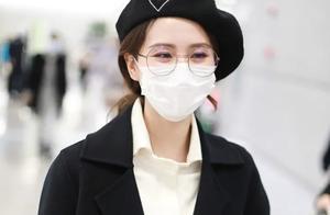刘诗诗久违走机场,戴贝雷帽变法式优雅少女,见自己海报俏皮合拍