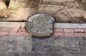 宁夏一10岁男孩往窨井盖放鞭炮被炸身亡,母亲跪地大哭:再救救