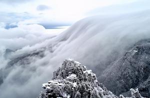 庐山现入冬首场瀑布云,一路淹没逶迤群山,为冬日匡庐带来生机