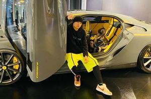 周杰伦晒豪车 女儿扎马尾可爱出境:我的女孩觉得这台可以