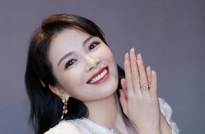 刘涛亮片西装助阵双11购物节!性感大波浪、咬唇妆,减龄又俏皮