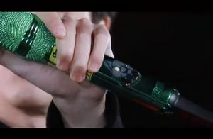 王一博话筒和耳返都是绿色 王一博话筒上黑豹是谁设计的