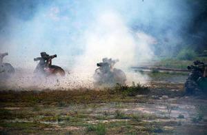 驻港部队某部组织实弹演练,官兵如猛虎出击