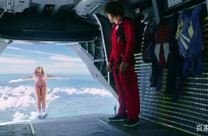 想必你没见过穿比基尼还不带伞包的小姐姐跳伞吧