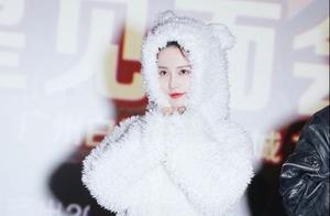 温暖的抱抱票房破3亿,李沁穿白熊装跨年,网友:是宋温暖本暖