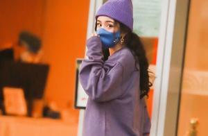 杨幂今日机场造型,穿紫色套装,大波浪卷发配上紫色帽子好可爱。