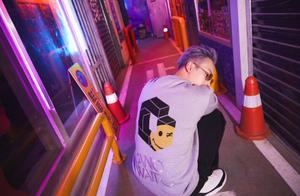 陈伟霆地铁霓虹大片,紫色大背头佩戴墨镜帅气有型