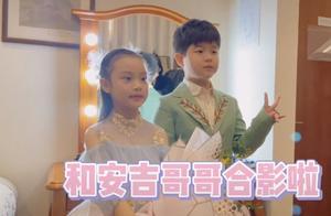 李小璐晒女儿钢琴演出花絮视频,甜馨安吉同框,男帅女靓超养眼