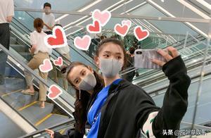 林允宋祖儿机场偶遇,飞扑相拥闺蜜情深,偶像包袱不要了?
