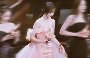 穿粉色露肩星星纱裙的郑爽,也太美了吧!