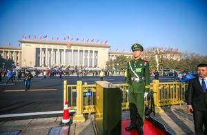 """武警战士、""""柠檬黄""""……他们仍在北京的寒潮中坚守岗位"""