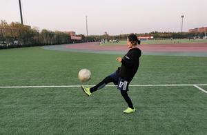 足坛第一个?藏族姑娘普布志玛通过投票,参加男足赛并任前锋