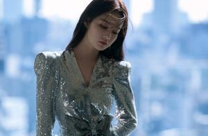 李沁就是个腿精!银色亮片礼裙大秀美腿,又仙又性感!