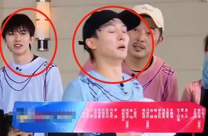 蔡徐坤玩游戏落水,镜头扫过他浮出水面的模样,这状态有21岁?