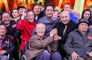 82版西游剧组再次重聚,师徒四人登台演唱主题曲回忆满满