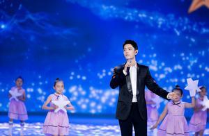 肖战登上央视演唱《夜空中最亮的星》,舞台上小可爱包围大可爱