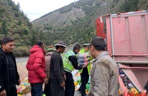 暖心!四川壤塘一大货车侧翻,20余名村民帮捡4小时,并合力拉起货车