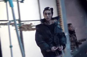 华晨宇摄影棚化妆间内抽烟被拍,拿烟姿势老练不止一次被曝抽烟