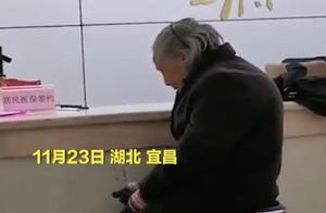 湖北八旬老人冒雨现金缴医保被拒?社区:系未带证件,已找其儿子办理