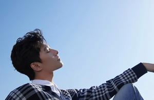 杨洋最新大片曝光,白衬衫+蓝白格毛衣,俊朗帅气,少年感十足