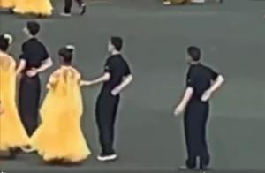 逗比!校运会开幕式一男生没舞伴与空气同舞 淡定表演笑翻全场