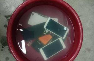 """老师要求学生把手机泡水盆里;回应:""""苦肉计"""",晾干后可以正常用"""