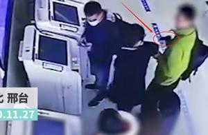 河北一男子持枪抢银行,工作人员淡定应对,警方:是把塑料枪