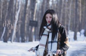 鞠婧祎为新歌宣传,下巴尖长嘴歪明显,十级磨皮遮不住右脸凹陷