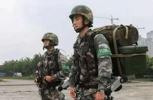 解放军装备单兵外骨骼,女兵力大无穷,背着男兵跑不费吹灰之力