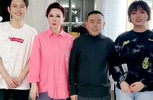 爷青回!59岁蔡明穿粉衬衫扮嫩真时髦,潘长江站一旁比她矮半头